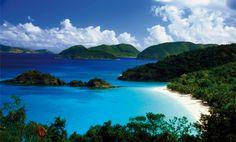 """Trunk Bay, gelegen auf der zu den amerikanischen Jungferninsel gehörenden Insel St. John, wird oft mit den Worten """"einer der schönsten Strände der Welt"""" beworben – und das völlig zurecht. Besonders morgens, wenn die Tagestouristen noch fern sind ist Trunk Bay fast menschenleer und traumhaft schön. Neben Duschen und Verpflegungsmöglichkeiten ist auch ein Schnorchelverleih vor Ort."""