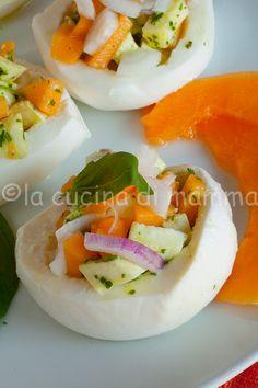 Mozzarella con melone e acciughe - Mozzarella cups with cantalupe, onion and anchovy