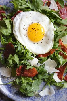 This easy salad has all my favorite things in one – arugula, Proscuitto, shaved Parmesan and a runny egg! When you pop that egg yolk, the salad is bathed in that warm eggy goodness, salad nirvana in every bite! Easy Salads, Healthy Salads, Healthy Eating, Healthy Recipes, Ww Recipes, Healthy Food, Clean Eating, Healthy Options, Healthy Cooking