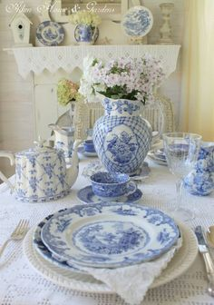 So fresh! Blue and white tablescape.