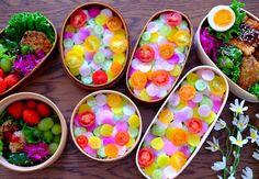 「モザイクちらし寿司」や「ちらし寿司ケーキ」など、最近のちらし寿司の進化から目が離せません。この春、またまた新しいちらし寿司が誕生しました。見た目の可愛さにキュンキュンしちゃいますよ♡ Japanese Sweets, Japanese Food, Cute Food, Yummy Food, Sushi Art, Bento Recipes, Food Decoration, Aesthetic Food, Snack