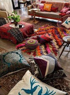 様々な素材のラグを敷き詰めてジプシースタイルに。ソファでも床でもどちらでもくつろぐことが出来るラフなお部屋は開放感がありますね。