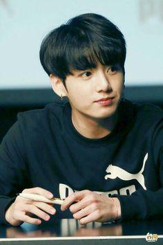 #wattpad #fanfic jungkook tiene 18 años y Tn tiene 15 años al principio jungkook miraba a Tn como su hermana pequeña a la cual quería mucho y aún más desde que sus padres murieron, pero jungkook al pasar el tiempo mira a Tn con otros ojos que ya no son los mismos ahora la mira como una mujer a Tn le pasará lo mismo?