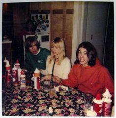 Thurston Moore, Kim Gordon (The Sonic Youth), in house with Dave Grohl (Nirvana, The Foo Fighters) - youngs ! Nineties Music, Nirvana Lyrics, Kim Gordon, Nirvana Kurt Cobain, Riot Grrrl, Sonic, Idole, Custom Guitars, Van Halen