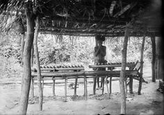 'MOPINGA' OF OKONDO. THE CHIEF OF SORCERER JUST AT WORK CLAPPING HIS HANDS. Locale: OKONDO'S VILLAGE, CONGO BELGE
