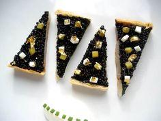Tarte fine de noix de Saint-Jacques aux grains de caviar, crème montée et condiments