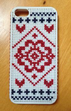 北欧伝統柄のお花をハートやクロスのモチーフを組み合わせてステッチしてみました。正面ばかりではなく側面もステッチが入っています。刺繍糸は3本取りで刺繍しているの...|ハンドメ。