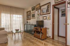 Atico en venta en #Barcelona #La Vila de Gràcia    Producto Apialia. En el barrio de Gràcia y muy bien situado, encontramos este ático que consta de cuatro dormitorios (tres dobles y uno individual), un baño y un aseo, un amplio salón-comedor exterior a la calle y con balcón, cocina office reformada con galería, solárium de 28m2 privativo. Aire acondicionado con bomba de calor, suelo de parquet... Es un segundo real.    SEPFINQUES   info@sepfinques.com   M 677415782   Ronda Universitat 7 2-4…