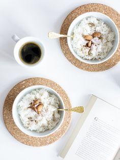 aFür 2 Portionen:  1 Tasse (100g) Basmati Reis 1 1/2 Tassen Wasser 1 Tasse Kokosmilch Prise Salz 1 TL Kokosöl*  je eine Hand voll: Kokosflocken Mandeln  Reis waschen. Das Kokosöl in einem Topf erhitzen. Reis hinzufügen und leicht glasig werden lassen. Salz, Wasser und Kokosmilch hinzufügen und zum Kochen bringen. Anschließend den Deckel auflegen und bei schwacher Hitze (Stufe 0 – 2) 15 Minuten (oder länger – siehe Packungsanweisung) kochen.  Vor dem Frühstücken dekorieren.