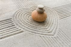 The presence of water itself is not required. In the dry garden of karesansui style, the sea is symbolized by grey gravel or sand and the state of the sea is expressed by sand patterns or samon created by raking the sand to form certain designs.