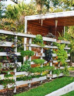 pallet garden Pallet ideas, fence with plants. Nice way to create a vertical garden. or planter boxes Backyard Fences, Garden Fencing, Yard Landscaping, Small Space Gardening, Small Gardens, Outdoor Gardens, Fence Design, Garden Design, Unique Garden