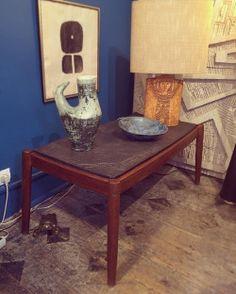 Table basse en ardoise vers 1950. Ceramique de Jacques BLIN. Lampe de Roger CAPRON. Litho de Pierre SZEKELY. #SZEKELY #paulbertserpette #jacquesblin #forsale