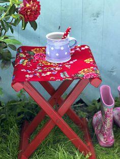 Diese und viele andere Deko-Ideen stellt Ihnen ZUHAUSE WOHNEN auf den folgenden Seiten vor. Und wer sich gerne auf Rosen bettet, wird sich über die Vielfalt der Stoffe zu diesem Thema freuen. Viel Vergnügen! Outdoor Spaces, Outdoor Living, Potting Sheds, Vintage Trailers, Country Farm, Fashion Colours, Picnic Table, Seasonal Decor, Shabby Chic