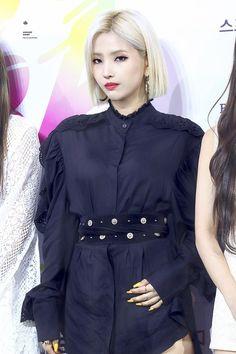 "𝘼𝙪𝙜𝙪𝙨𝙩 𝙇𝙞𝙜𝙝𝙩 on Twitter: ""190823 소리바다 블루카펫  보고싶엉 전소연 😭😭😭😭  #전소연 #소연 #soyeon #여자아이들 #G_I_DLE… "" Kpop Girl Groups, Korean Girl Groups, Kpop Girls, Only Girl, First Girl, Soyeon, Bias Kpop, Soo Jin, Beautiful Young Lady"