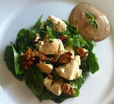 Insalata fredda con pollo, spinaci e noci