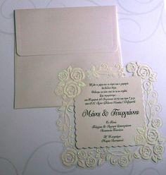 7be0c6a75b11 Προσκλητήρια γάμου σε λευκό περλέ χαρτί εξαιρετικής ποιότητας και όμορφη  διαφάνεια με τριαντάφυλλα από glitter