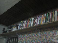 Prateleira com tábua  de pinus para os livros! Economia no bolso e no espaço  pequeno da sala!#criatividade#sustentabilidade #economia # organização