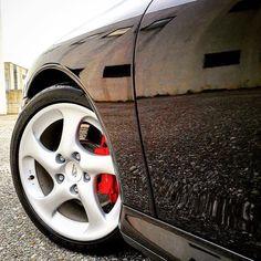 Just detailed! #porsche #porscheclassic #porsche911 #porsche996 #porsche996c4s #carrera #carrera4s #4s #flatsix #detail #detailing #work #wax #rupes #rupesbigfoot #meguiars #gtecniq #swissvax #shine #brembo #caliper #red #black #wheel #michelin #beautiful #sound by sound_and_silence