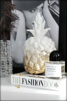 Great DIY idea by Nina Holst (stylizimo). White procelain pineapple personalised with gold spray paint. Need to make this for my sister, who loves pineapples. Do It Yourself Inspiration, Diy Inspiration, Decoration Inspiration, Interior Inspiration, Decor Ideas, Home Interior, Interior Styling, Interior Decorating, Decorating Tips