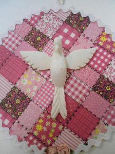 Mandala do Divino , trabalhada em tecido de algodão, peças de bijuteria e Divino em resina.  Peça única  Diâmetro : 17,50 cm R$ 48,00