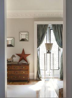 zona de paso en beige y blanco con cortina zul 00463834 O Color Beige, Shutters, Buenas Ideas, House Design, Windows, Curtains, Interior Design, Mirror, Bedroom