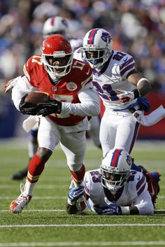 Best of NFL Week 9 - Kansas City Chiefs wide receiver Donnie Avery (17) runs after taking a pass from Kansas City Chiefs quarterback Alex Smith (11) behind Buffalo Bills cornerback Leodis McKelvin (21) and Buffalo Bills free safety Aaron Williams (23) for a nine-yard gain during the second quarter of an NFL football game in Orchard Park, N.Y., Sunday, Nov. 3, 2013. (AP Photo/Gary Wiepert)