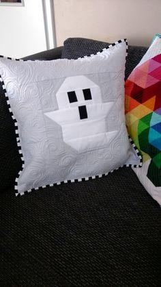 werbung ghost pillow then came june pattern Halloween Quilts, Fall Halloween, Halloween Crafts, Paper Piecing Patterns, Quilt Patterns, Sewing Patterns, Rag Quilt, Quilt Blocks, Couch Cushions