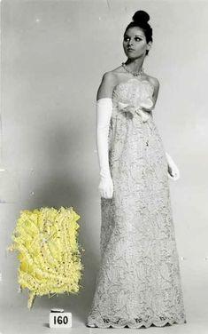 Cristóbal Balenciaga, robe du soir, 1967. Photographie de dépôt de modèle avec échantillon © Photo et modèle conservés dans les Archives Balenciaga, Paris
