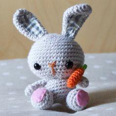 Coniglietto amigurumi con carota di HowOwl su Etsy