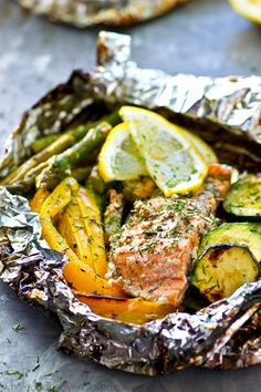 Lemon Dill Grilled Salmon Veggie Packets These grilled salmon veggie packets are an entire summer meal-in-one that's ready in under 20 minutes with only a few simple ingredients! Feel free to use your favorite summer veggies. Foil Packet Dinners, Foil Pack Meals, Foil Dinners, Grilling Recipes, Seafood Recipes, Dinner Recipes, Tilapia Recipes, Camping Recipes, Salat Nicoise