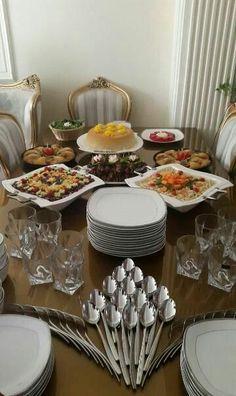 Me gusta cada idea de arte en la mesa he aprendido mucho Buffet Table Settings, Buffet Set Up, Cutlery Art, Dining Etiquette, Table Manners, Dinning Table, Table Arrangements, Deco Table, Catering