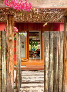 Casa de praia: um refúgio de dar inveja no sul da Bahia.Esta casa no litoral sul do estado homenageia a cultura local e saúda quem chega com muito conforto.