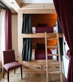 Ещё один вариант двухъярусной кровати  именно эта детская спальня находится в альпийском шале, поэтому такой массивный массив [] здесь более чем уместен! Мне кажется, я прямо чувствую запах дерева и свежий горный воздух... А ещё обратите внимание на единство в текстильном оформлении! Текстиль, все-таки, очень важен: он объединяет все пространство и делает интерьер неповторимым и уютным