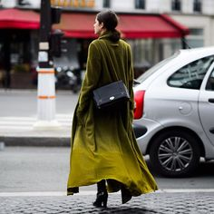 Shearling coats, monochromatic looks, and statement-making accessories reign supreme at Paris Haute Couture Spring See the best street style here. Stephane Rolland, Cozy Fashion, Autumn Fashion, Street Style Blog, Fashion Week 2015, Vogue, Ootd, Passion For Fashion, Spring