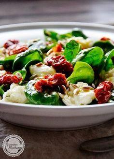 Sałatka ze szpinakiem i mozarellą | Wyzwania Kuchenne Caprese Salad, Cobb Salad, Potato Salad, Cake Recipes, Grilling, Salads, Food And Drink, Lunch, Chicken