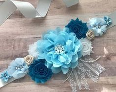 Welcome to Belly Boutique Crafts! ♥ Proud to be listing this beautiful blue themed baby boy mixed colors maternity sash for parties like Gender Reveal Party and Baby Shower. The sash features pearls, rhinestones, lace, fabric flowers perfect for beautifyi Distintivos Baby Shower, Lion King Baby Shower, Shower Bebe, Boy Baby Shower Themes, Baby Shower Gender Reveal, Baby Shower Favors, Baby Shower Gifts, Baby Showers, Maternity Belly Sash