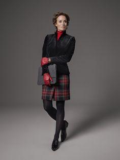 Tiefschwarz, seidig und glänzend – unser Samtblazer Hilary liebt den großen Auftritt. Wagen Sie dazu einen Materialmix und wählen Sie einen kurzen Rock aus kariertem Harris Tweed – denn Schottenkaros sind ein echter Modeklassiker. Kombiniert mit roten Accessoires wird aus dem klassischen Look sofort ein echter modischer Hingucker.