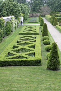 ideas for garden and backyard slope and retaining walls in the landscape design Boxwood Landscaping, Boxwood Garden, Topiary Garden, Garden Art, Landscaping Ideas, Evergreen Garden, Boxwood Hedge, Landscaping Software, Garden Ideas