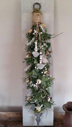 Easy to Make Outdoor Christmas Decorations on a Budget – Farmhouse Decor Christmas Candle Decorations, Christmas Swags, Cozy Christmas, Xmas, Holiday Decor, Ideas Actuales, Flower Arrangements, Churro Cheesecake, Farmhouse Decor