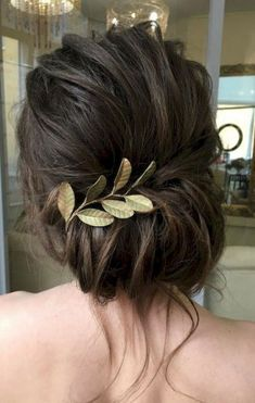 What's the Difference Between a Bun and a Chignon? - How to Do a Chignon Bun – Easy Chignon Hair Tutorial - The Trending Hairstyle Low Chignon, Messy Updo, Bridal Chignon, Updo Curls, Chignon Hairstyle, Twisted Updo, Curled Updo Hairstyles, Wavy Updo, Sleek Updo