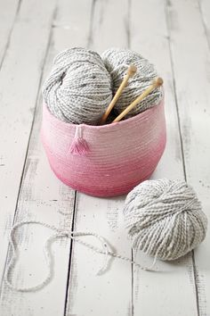 DIY: How to make coiled rope baskets from cotton clothesline. These look great as is, but instructions for ombre variation are also included. (tutorial by Juliette Lanvers for WeAllSew)
