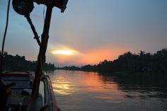 De Mekong delta is een rijk gebied. Je zult hier veel meemaken, van vervallen huisjes langs de vaarroute tot kleine fabriekjes achter deze huisjes. Hier maakt en verpakt men met de hand poprice—en noodles. De vele zwaaiende mensen langs de rivier geven je het gevoel dat je welkom bent.