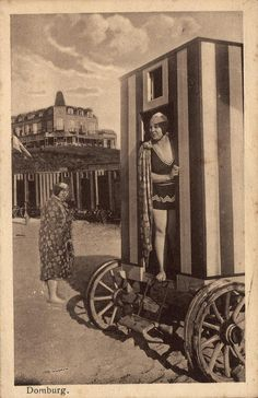 We beginnen met 'n zomers Zeeuws zee & zand-plaatje uit de beeldcollectie: dames bij een badkoets in Domburg.