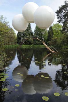 """""""Pont de Singe"""" au Royaume-Uni est un modèle de pont flottant attaché à des ballons d'hélium, prenant ainsi littéralement le terme """"pont suspendu""""."""