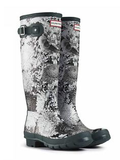 - Hunter Original RHS Black Wellington Boots – Black/White The RHS Boot makes a welcome return with a beautiful new, horticulture inspired design. Based on a sketch from the RHS archives, the black and white floral print is complimented by a bold black Funky Wellies, Wellies Boots, Hunter Rain Boots, Hunter Shoes, Unique Shoes, Kids Boots, Sock Shoes, Black Boots, Black