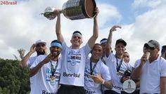 O troféu, enfim, chega em casa | Grêmio desembarca no RS com festa após seu 3º título da Libertadores