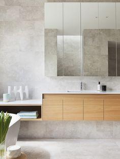 banheiro com gabinete de madeira