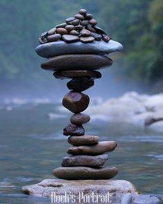 Se você compreende as coisas simplesmente são como são. Se você não compreende as coisas simplesmente são como são.  provérbio zen  Foto: equiolibrio de pedras empilhadasresultado da paciência e concentração por @rocksportrait