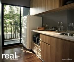 ห้องครัว มีชุดเคาท์เตอร์ครัวเมลามีน ผิวพาติเคิล ลามิเนต อ่างล้างจานหลุมเดี่ยว ด้านหลังอ่างมีพื้นที่ไว้ให้วางของ ส่วนพื้นที่ด้านบนก็มีตู้เก็บของด้านบนเคาท์เตอร์ให้ ทำครัวหนักได้เพราะเป็นครัวแยกค่ะ