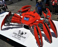 VW bug(Volkswagen Bug)。画像はアメリカ在住のCristian Castroなる男性がVW bugなる自動車をベースに制作した機械的なカニ。同カニは映画の中に出てくる悪役ロボット的な雰囲気を醸し出しているとされる。 http://pic.twitter.com/2usJWHLK6u— 無人機bot (@mujinbot) May 6, 2015